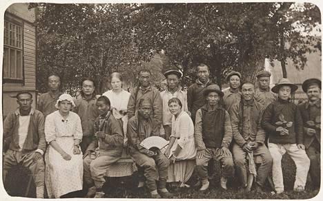 Pohjois-Espoossa Snettansin kylällä metsätöissä olleita kirgiisejä. Kuva vuodelta 1916.