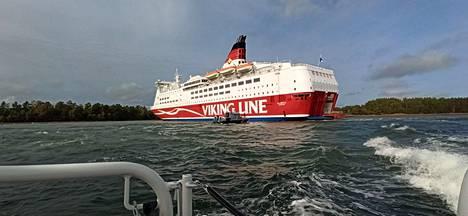Viking Amorella jäi taakse venein.