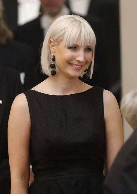 Laura Huhtasaari edusti trendikkään graafisessa platinablondissa polkassa.