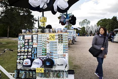 Sibelius-monumentti on paikka, jonne turisteja Helsingissä virtaa. Kärsiikö sen arvokkuus matkamuistomyyjistä?