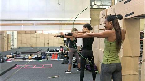 Jousiammuntaa harjoittelemassa. Miranda Chambers keskellä, vasemmalla Gwendolyn Osbone-Smith, oikealla Moe Sasegbon.