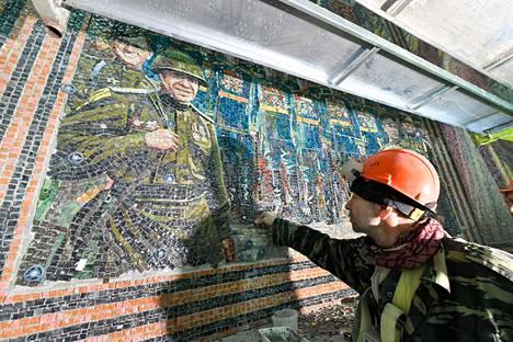 Katedraalin sisälle tulee runsaasti mosaiikkeja, joissa kuvataan Venäjän ja Neuvostoliiton armeijan sotamenestystä vuosisatojen varrelta.