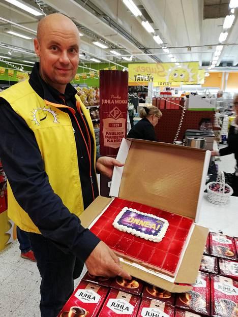 Herkkupadan kauppias Jyrki Huttunen tarjosi Eurojackpot-kakkua laatikkokaupalla.