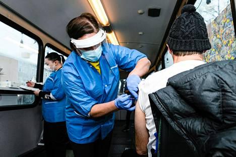 Monella suomalaisella on jo kokemusta vuosittain otettavasta influenssarokotuksesta. Siihen rinnalle saattaa tulla myös jokavuotinen koronavirusrokotus.