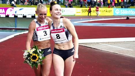 Annimari Korte (vas.) ja Reetta Hurkse juoksivat ennätyksensä Lapinlahden sateisessa illassa.