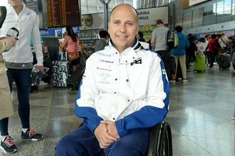 Toni Piispanen on lentänyt urallaan ympäri maailmaa ja huomannut lentoyhtiöillä olevan erilaisia käytäntöjä spraypihkan suhteen.
