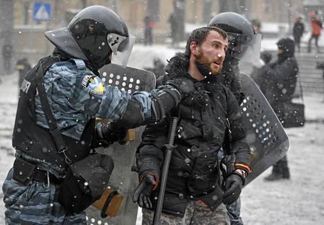 Berkut-joukot pid?ttiv?t mielenosoittajan Kiovan keskustassa tammikuussa.