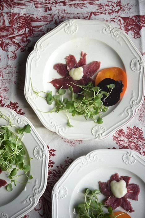 Alkupalan punajuuret ja majoneesin voi valmistaa jo edellisenä päivänä.