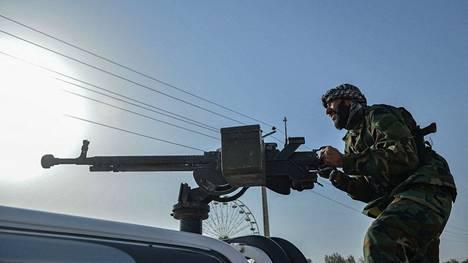 Afganistanin hallituksen puolella taisteleva sotilas Heratin alueella perjantaina.