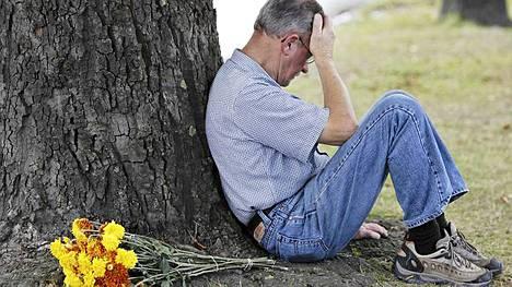 Christchurchin asukas istui puun juurella, kun koko Uusi-Seelanti pysähtyi muistamaan järistyksen uhreja.