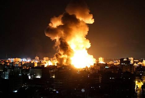 Gazan kaupungissa nähtiin räjähdyksiä Israelin tekemien ilmaiskujen jälkeen.