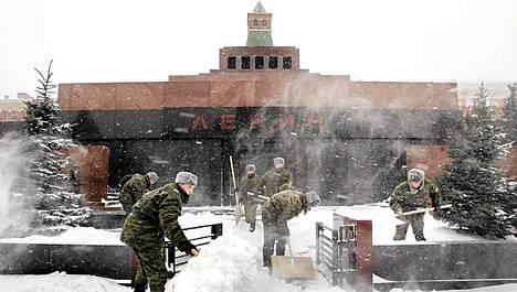 Venäläiset mosurit lumihommissa Leninin mausoleumin luona Moskovassa.