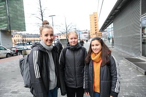 Lumi Kivilaakso (vas.), Taru Takala ja Sena Biyik lähettivät ystävänpäiväterveiset pelikavereilleen Sanomatalon edessä.