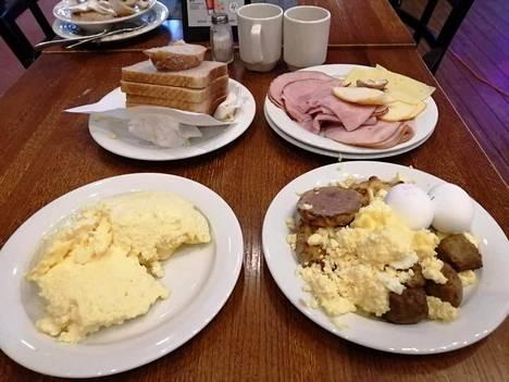 Koivuniemen mukaan ruokia ei ole järjestelty kuvausta varten mitenkään, vaan ne on jätetty tällaisena pöytiin.