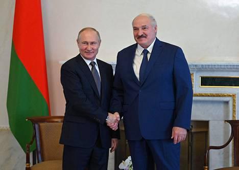 Vladimir Putin ja Aljaksandr Lukashenka ovat tavanneet toisiaan viime aikoina poikkeuksellisen usein, mutta tapaamisten konkreettisista tuloksista on tiedotettu hyvin vähän. Kuva on heinäkuun puolivälistä Pietarista.