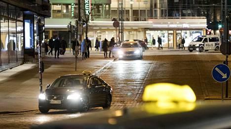 Takseja Rautatieaseman taksitolpalla sekä Postikadulla.