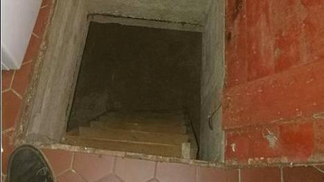 Ville osti vanhan talon ja löysi yllätyksen vessasta – luukun alta löytyi rappuset alas pimeään kellariin