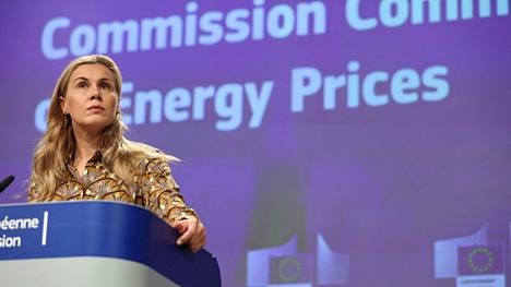 Energiakomissaari  Kadri Simson pitää tiedotustilaisuutta.