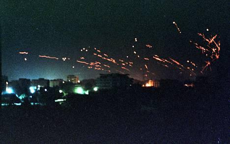 Irakin ilmatorjuntajärjestelmän liekit välähtelivät Bagdadin taivaalla tammikuun 17. päivän yönä, kun Yhdysvallat liittolaisineen aloitti Irakin pommittamisen.