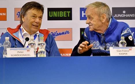 Peter Schröcksnadelilla (vas.) oli naurussa pidättelemistä, kun Gian-Franco Kasper (oik.) ilmoitti, ettei aio poistua hotellistaan Pattayalla.