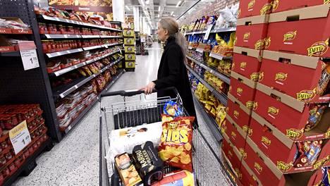 Ravintolakäyntien väheneminen on jo näkynyt asiakasmäärän kasvuna ruokakaupoissa. Arkistokuva