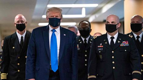 Yhdysvaltain presidentti Donald Trump käytti maskia vieraillessaan Walter Reed -sotilassairaalassa Marylandin osavaltiossa.