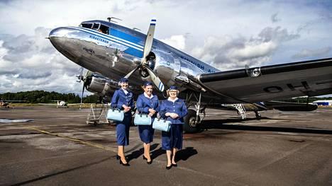 Jaana Kaunismäki, Elina Lintumäki ja Nina Merisalo-Reunanen toimivat DC-3:n pursereina. Merisalo-Reunanen on suunnitellut pursereille 1940–1950-lukua henkivät asut.