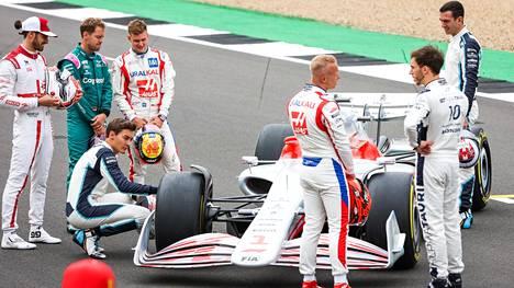 F1-kuskit pääsivät ihmettelemään ensi kauden ajokkien malliversiota