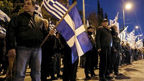 Kultainen aamunkoitto -puolueen kannattajia Kypros-mielenosoituksessa viime kuussa Ateenassa.