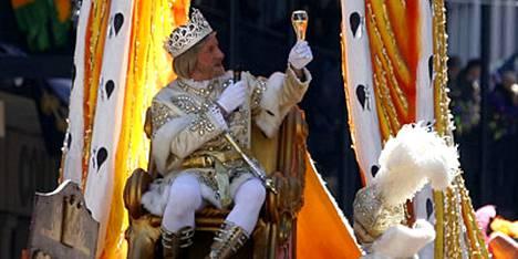 New Orleansin Mardi Gras -karnevaalin kuningas R. Hunter Pierson, Jr. tervehti tervehti juhlakansaa avajaiskulkueessa.
