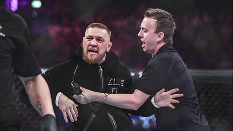 Conor McGregor järjesti välikohtauksen Bellator 187 -illassa.