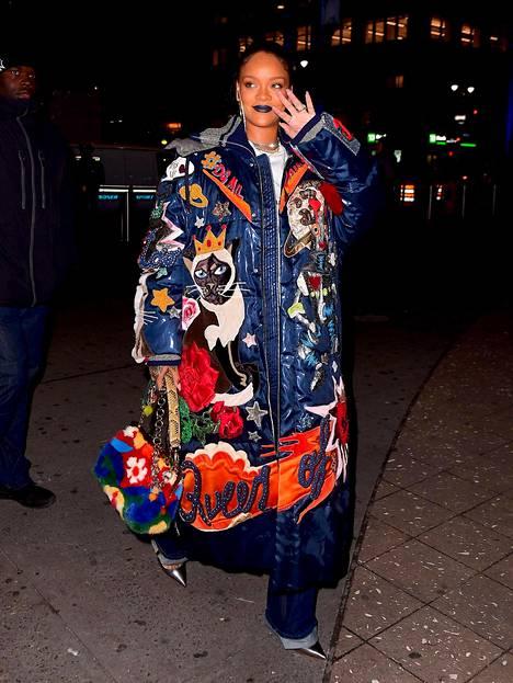 Rihanna poseerasi valokuvaajille hyväntuulisena.