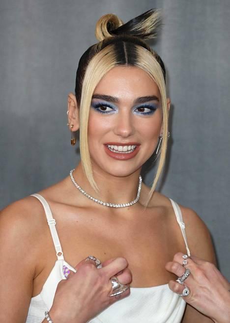 Laulaja Dua Lipa blondasi tumman tukkansa ensin kokonaan, ja viime kuukausina hiukset ovat olleet korkeakontrastiset. Tähden tyyli Grammy-gaalasta tammikuun lopulta.
