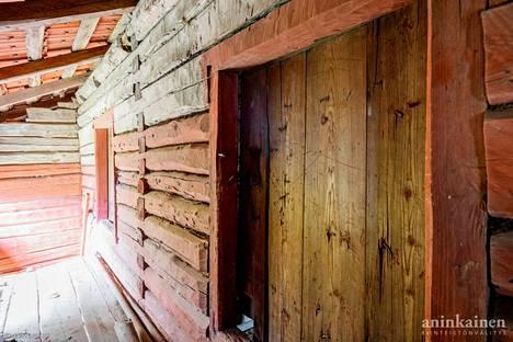 Pihassa on luhtiaittarakennus, jossa on kaksi erillistä aittatilaa ja jääaitta.