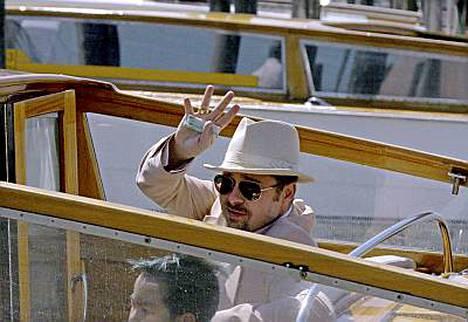 Brad Pitt on Venetsiassa poikiensa Maddoxin (kuv.) ja Paxin kanssa.