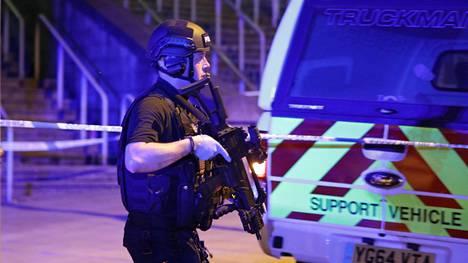 Manchester Arenan ympäristössä liikkui runsaasti poliiseja ja pelastushenkilökuntaa tiistain vastaisena yönä.