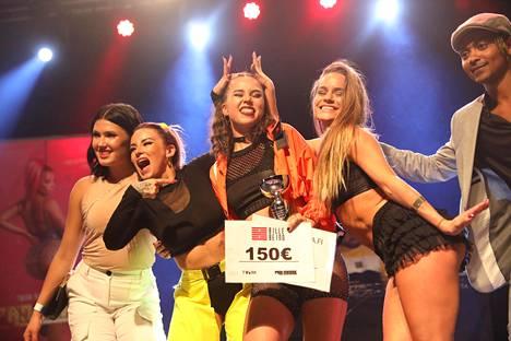 Finalistit poseerasivat kilpailun jälkeen.