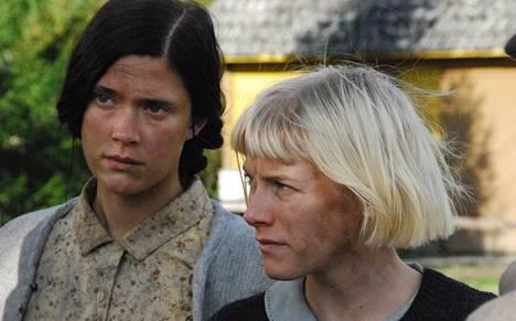 Krista Kosonen ja Laura Birn esiintyivät molemmat Puhdistus-elokuvassa (2012). Birn sai roolistaan parhaan naispääosan Jussi-patsaan.