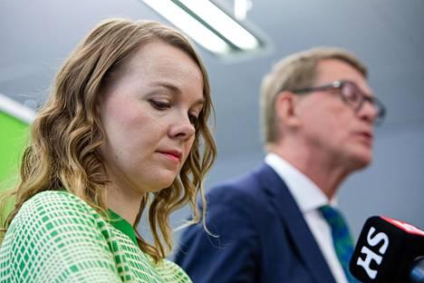 Keskustan puheenjohtaja Katri Kulmuni ja valtiovarainministeri Matti Vanhanen tiedotustilaisuudessa maanantaina. Talouden sopeutukset nousivat esille.