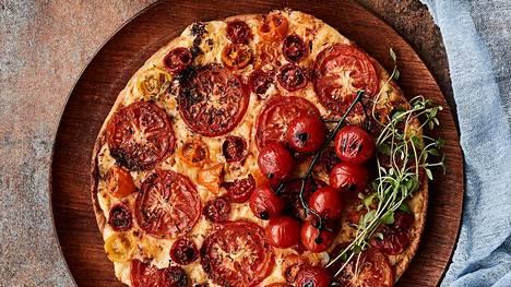 Tomaatti-juustopiirakka on hetkessä valmis uuniin.