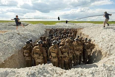 Juoksuhautoja kaivettiin elokuvan kuvauksia varten yli 1,6 kilometrin matkalta.
