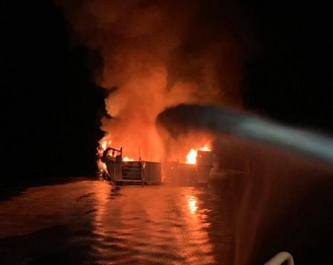 Kuva epätoivoisista sammutustöistä: palo oli todella raju.
