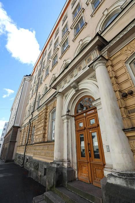 Rakennukset sijaitsevat Helsingin Kruununhaassa Liisankadulla, Mariankadulla ja Maneesikadulla.