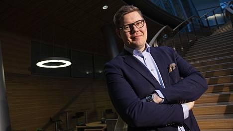 """Sdp:n eduskuntaryhmän puheenjohtaja Antti Lindtmanin mukaan perussuomalaisista on tullut Suomen taitavin mielikuvapuolue. Lindtman piikittelee, etteivät ongelmat vanhustenhoidossa, terveyskeskuksissa ja kouluissa katoa laittamalla """"Suomessa rajat kiinni ja ympäristöasioissa silmät kiinni""""."""