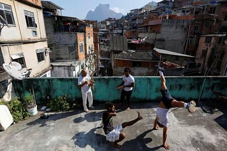 Näkymä Rio de Janeiron suurimmasta favelasta, Rocinhasta.