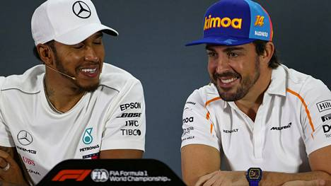 Lewis Hamilton (vas.) ja Fernando Alonso kilpailivat vastakkain F1-sarjassa viimeksi kaudella 2018. Kuva Abu Dhabin GP:n lehdistötilaisuudesta marraskuulta 2018.