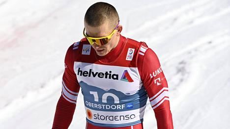 Aleksandr Bolshunov ei ollut juttutuulella sprintin jälkeen. Hiustyylissä on paljon samaa kuin suomalaiskollegoilla.