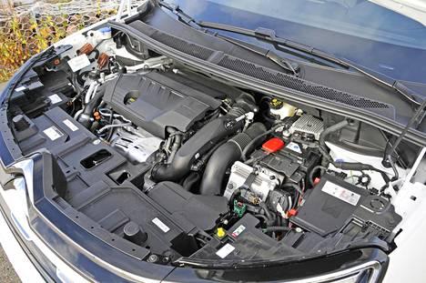 Sähköistyminen ei juuri konehuoneessa näy. Momentinmuunnin on tässä autossa korvattu märällä monilevykytkimellä.