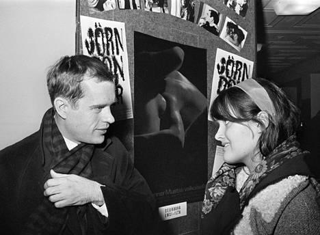 Ohjaaja Jörn Donner ja näyttelijätär Kristiina Halkola Mustaa valkoisella -elokuvan julisteiden edessä 1968.