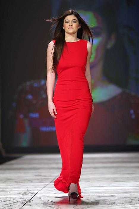 Helmikuussa 2013 Kylie edusti catwalkilla New Yorkissa punaisessa mekossa.